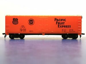 """HO Scale """"Pacific Fruit Express"""" PFE 77678 40 Foot Reefer Freight Train Box Car"""