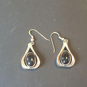 A0931 Pair of oval cut onyx drop earrings in Silver 925
