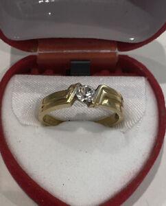 Gelbgoldring 750/18ct massiv mit weißem Stein, 2,8 Gramm