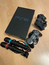 Sony PlayStation 2 mit Controllern, Singstar-Mikrofonen und zwei Spielen