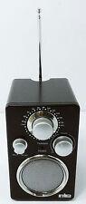 Radio FM portatile YOUNG da esposizione con vano portabatteria di colore diverso