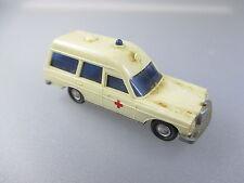 Wiking: mercedes Benz 200/8er binz ambulancia, RK delante (pkw26)
