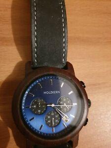 Holzkern Uhr mit blauem Zifferblatt