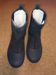 Crocs insulated boots color is black, men's size 10, item 417