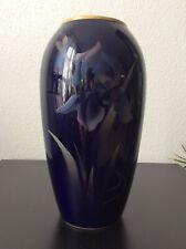 Très grand vase en porcelaine de Limoges bleue à décor floral d'iris et doré