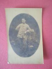 CPA - PHOTO studio WW1 14-18 - Soldat en pied accoudé à un guéridon