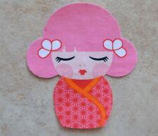 motif thermocollant poupée japonaise en tissu coloris rose