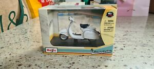 Maisto white model vespa scooter 1:18 used but excellent cond box included