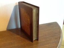 Faux livre bois formant boite secrète.