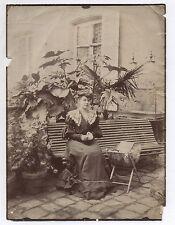 PHOTO ANCIENNE Banc Femme Couturière Couture Dentelle Robe Plantes Jardin 1890