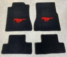 Autoteppich Fußmatten für Ford Mustang 2005-2012 schwarz rot Neu Velours 4teilig