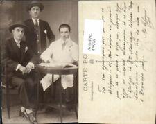 479276,Männer Anzug Hut Weißer Kittel b. Tisch sitzend