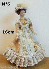 femme,poupée miniature,vitrine, maison de poupée,personnage dame chapeau beige
