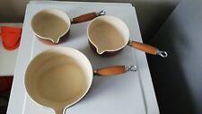 série de 3 casseroles en fonte made in France Avec bec verseur Le Creuset