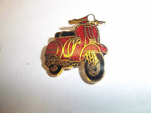 SCOOTER PIN BADGE 'VESPA SCOOTER RED' SCOOTER LAPEL BADGE - BG29B
