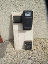 Antico contatore elettrico nero fabbrica industriale atelier vecchio materiale