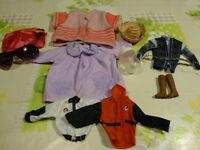 lot=10piéces  vétements accessoires ,poupons,poupées