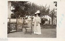 BD656 Carte Photo vintage card RPPC Femme woman mode fashion paravent chapeau