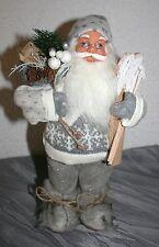 Weihnachtsmann Nikolaus stehend 32 cm h Utensilien Ski, Stöcke, Rucksack Textil