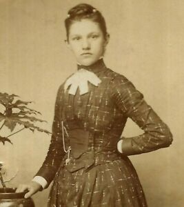 CDV Photo Beautiful Woman Girl Fashion Herriott Studio Berwick On Tweed 1890s