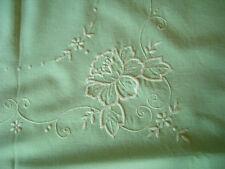 Nappe à thé verte brodée fleur blanche + 3 serviettes