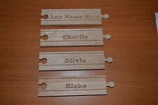 NUOVO nome personalizzato pezzo di legno Binario Treno Compatibile Brio GIOCATTOLO LASER Incidi