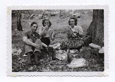 PHOTO Snapshot Repas Déjeuner Famille Groupe Table Pique nique 1951 Forêt Manger
