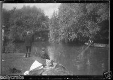 Portrait garçon en train de pêcher - paysage - négatif photo verre  an. 1920
