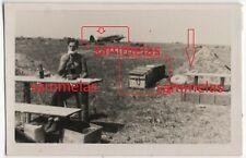 WK2 Foto Saloniki Nachrichten-Schule Flugplatz Flugzeug Soldat rasieren 2514