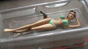 Lara croft-Statuette neuve-Lara Bikini avec pistolet