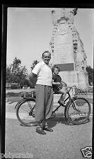 Portrait homme & enfant à vélo Square Belfort - négatif photo ancien an. 1940