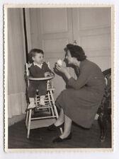 PHOTO ANCIENNE Repas Enfant Chaise Haute Femme Mère Yaourt Lait Vers 1960 Salon