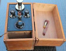ancien appareil a pompe medical dans sa boite medecine