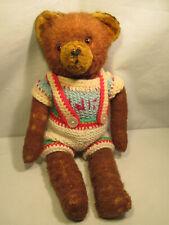 Alter Teddy Bär mit Kleidung