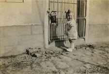 PHOTO ANCIENNE - VINTAGE SNAPSHOT - ENFANT MODE COIFFURE PORTE GRILLE DRÔLE