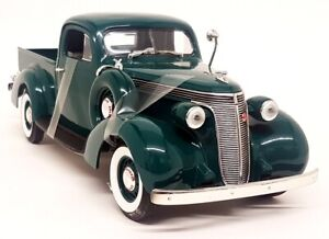 Road Signature 1/18 Scale 1937 Studebaker Coupe Express Pick-Up Green Model Car