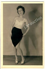 TAME LOOKING WOMAN PULLING DOWN PANTIES / EROTIK * Vintage 50s Amateur Photo