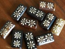 10 Large 20 mm bovine Bone Flower Pattern Carved plat perles marron et blanc