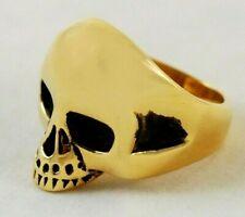Totenkopfring aus goldfarbenem Stahl. Verschiedene Größen