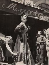 Photo originale Zsa Zsa Gabor Maxim's Paris Moulin Rouge robe Elsa Schiaparelli