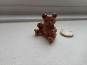 TEDDY BEAR - BEAUTIFUL MINIATURE POTTERY/CERAMIC SITTING BROWN TEDDY BEAR