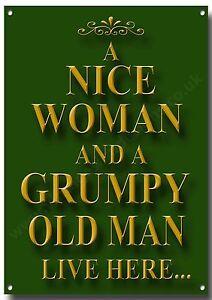 Un Bonito Mujer Y Viejo Cascarrabias Live Here Metal Sign.humourous