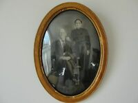 ANTIQUE OLD OVAL WOOD PICTURE FRAME with Family Couple Original B/W Photo. Rare!