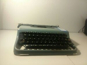 Vintage 1950s  Olivetti Lettera 22 portable Typewriter Working without case