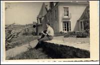Echtfoto-AK Real-Photo SOLDAT in Zivil vor Haus Soldier 2. Weltkrieg Militaria
