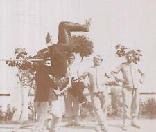 FOTO 1900 NAPOLI BERSAGLIERI UN UFFICIALE FA UN SALTO MORTALE