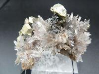 Filigrane Stufe mit Quarz, Chalcopyrit und Calcit auf  Acrylsockel