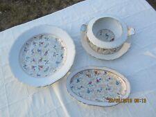 3 pièces de service de table en  porcelaine Charmant décor floral Liseré doré