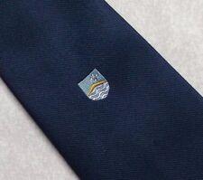 Escudo motivo Vintage Tie Retro Club Crest Asociación 1970s 1980s Azul Marino Tee Dee