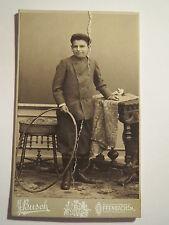 Offenbach a. M. - stehender Junge im Anzug mit Reifen - Portrait / CDV
